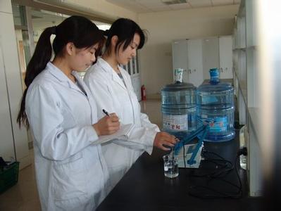 """江南大学化学与材料工程学院蒋平平教授表示:""""瓶装水的瓶体PET中一般不添加增塑剂这种物质,这是由PET的制作工艺决定的。而PET的稳定性是由材料聚合度所决定的,一般来说,当温度小于120℃时,PET材料是十分安全的。而汽车内显然达不到这样高的温度,所以说,矿泉水放后备箱会产生有毒物质的说法没有科学依据。"""""""