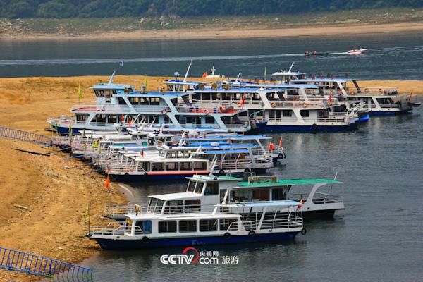 游船陆续靠岸游客登岛