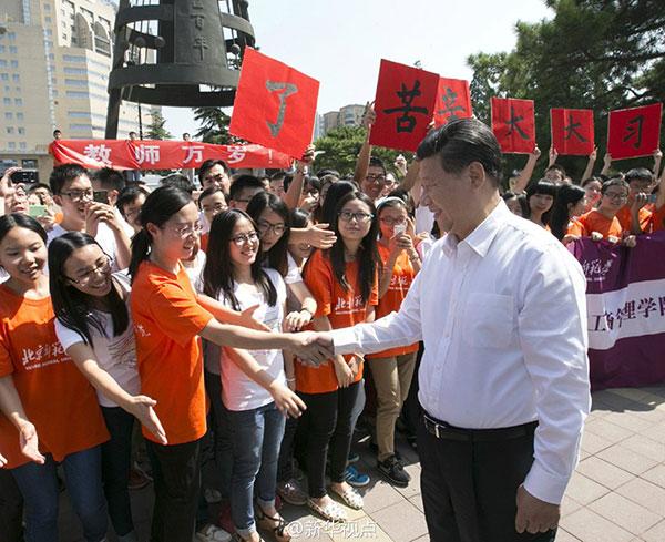 9月9日,习近平来到北京师范大学看望一线教师,向全国广大教育工作者致以节日祝贺。(图片来源 新华网)