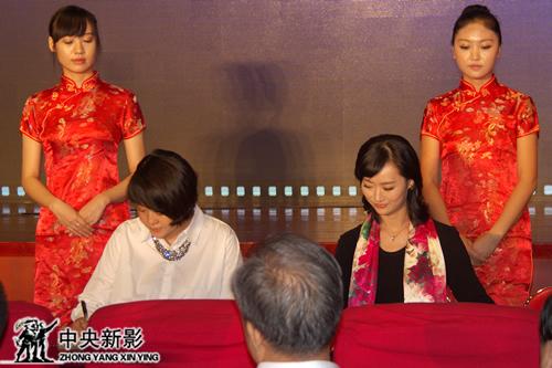 丝瓜成版人性视频app新影网副总裁潘佳蓓(左)、杭州云门文化艺术有限公司董事长周青为《新影网-亚洲微电影台-中国微电影报道》频道签约