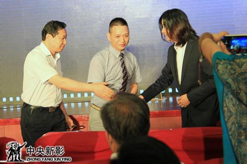 (左起)中央新影集团办公室主任伍伟、车乐通董事长张杰、杭州云门文化艺术有限公司总经理洪伟签约