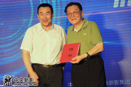 高峰副台长向中国青年导演扶植计划艺术顾问翟俊杰(右)颁发聘书