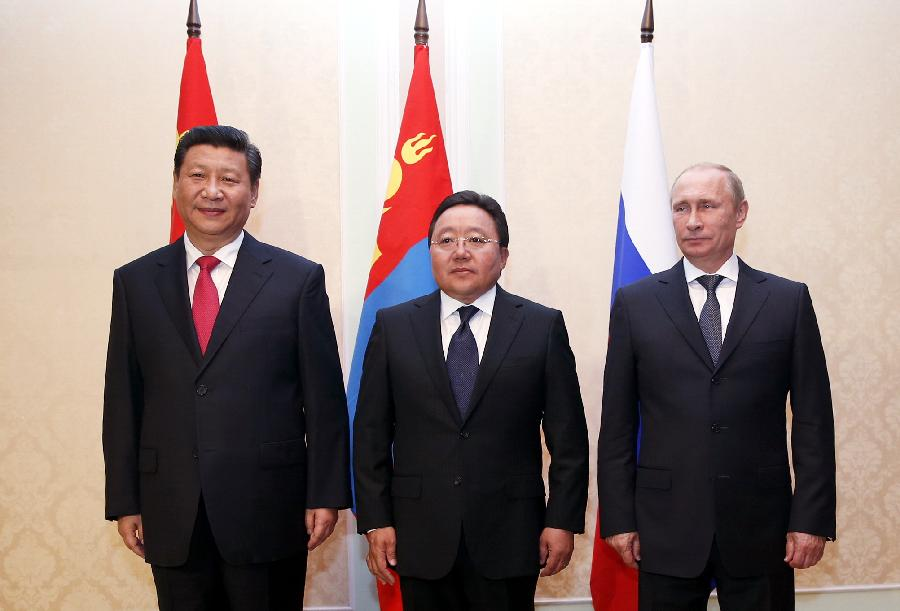 Chinese President Xi Jinping (L) meets with Russian President Vladimir Putin (R) and Mongolia
