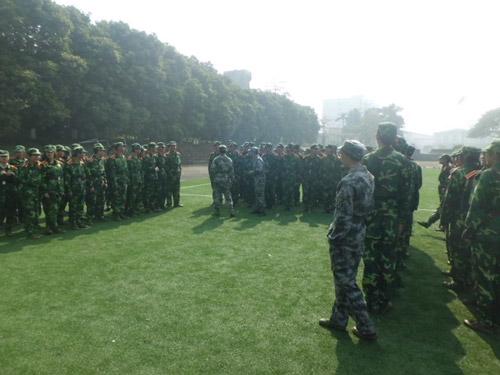 军训训练时 三个班在考验