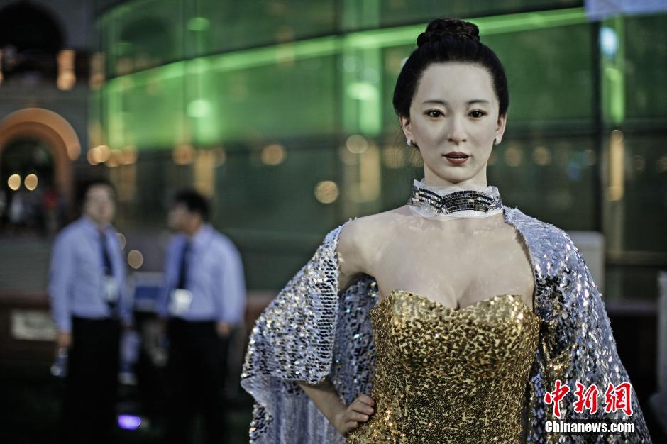 高仿真美女机器人亮相达沃斯引围观组图 粤