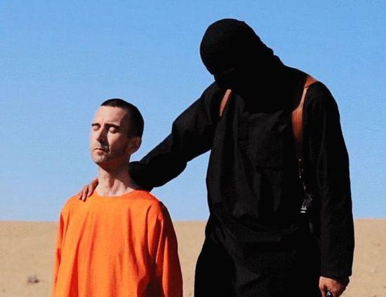 """卡梅伦/""""伊斯兰国""""在网上公布的一段视频显示,去年在叙利亚被其扣押..."""