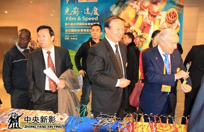 2012年11月,中央新影集团副总裁、总编辑郭本敏(左二)在第八届北京国际体育电影周暨米兰国际体育电影展论坛活动。