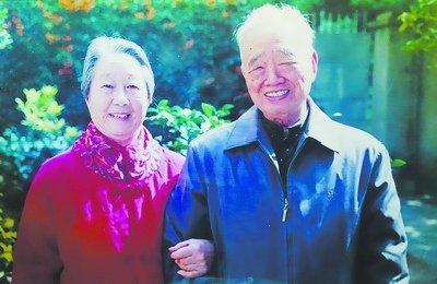 张志勇与老伴近照。