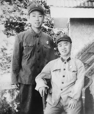 张志勇(坐者)与儿子张鲁闽的合影。