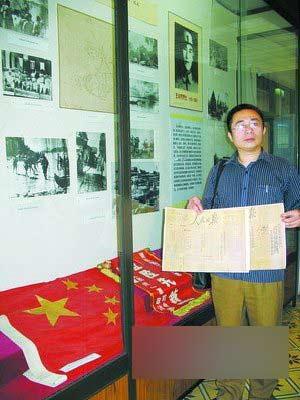 王律向厦门烈士陵园赠送当年的《人民日报》。