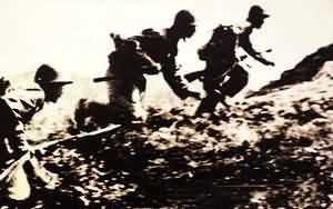解放军战士在寨上山头勇猛冲击。(资料图片)