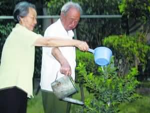 张志勇每天和爱人一起浇花,安享晚年。