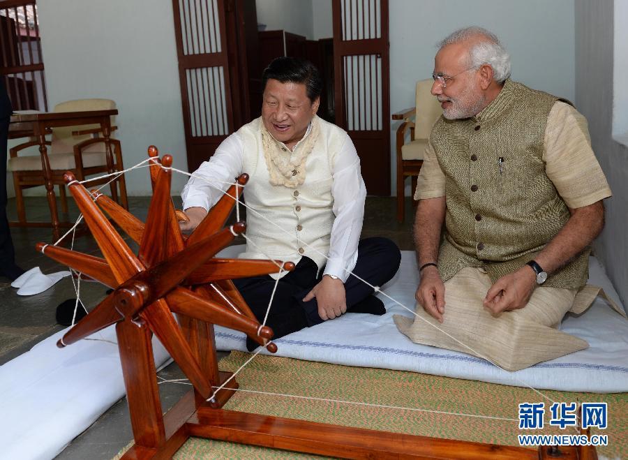 9月17日,国家主席习近平在印度古吉拉特邦进行访问。印度总理莫迪全程陪同。这是习近平在参观甘地故居时,亲自摇动甘地曾经使用过的纺车。新华社记者 马占成 摄