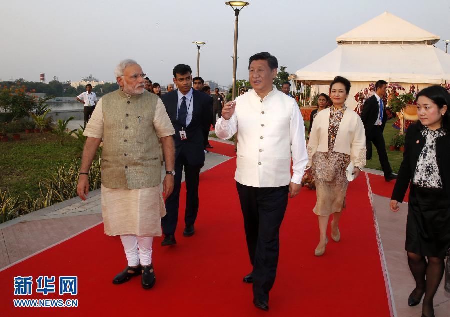 9月17日,国家主席习近平在印度古吉拉特邦进行访问。印度总理莫迪全程陪同。这是习近平和莫迪一同参观河岸公园发展项目。 新华社记者 鞠鹏摄