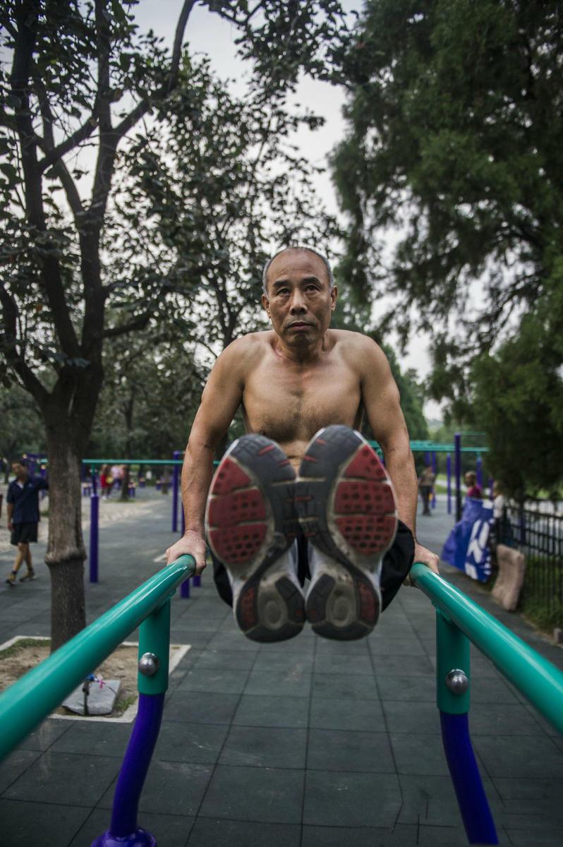 国外肌肉锻炼视频_中国大爷公园锻炼亮肌肉火爆直追广场舞大妈