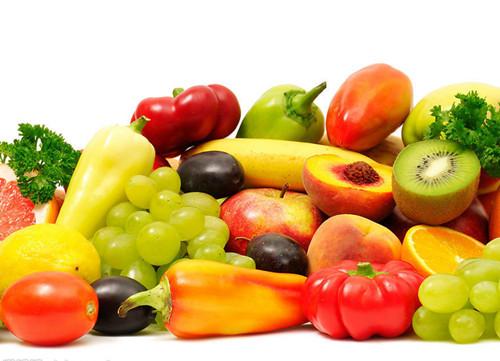 饮食物语:水果代替蔬菜小心吃出病 核心提示:蔬菜清洗烹调较麻烦,于是有人会以水果替代蔬菜,却在不知不觉中吃进了过量的水果。其实,蔬菜与水果无法相互取代,主要的考量在于含糖量。 很多人认为水果和蔬菜的营养价值是一样的,但其实非也!实际上水果的含糖量和热量远比蔬菜要高,对于想要减肥的人来说更是如此,长期过量吃水果会导致越减越肥。