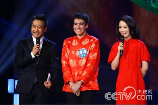 两位主持人采访普雅(左---右)季小军 普雅 韩佳