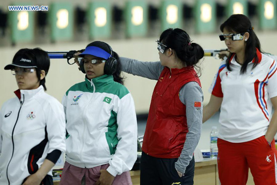 Zhang Mengyuan (2nd R) of China competes during the women