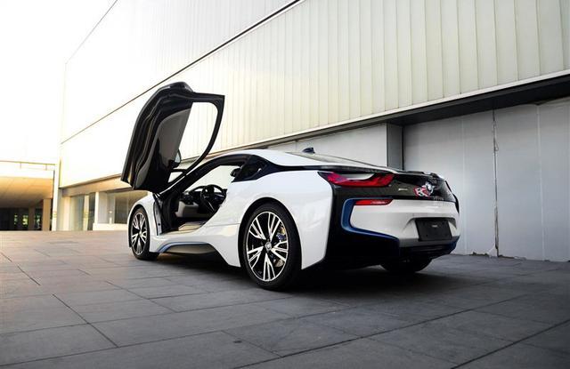 宝马i8   全新BMW i8作为一部面向未来的高科技跑车,拥有迷人的外观,强大的动力,卓越的驾驶乐趣,以及高效的能源管理机制。BMW i8创新地将一台TwinPower Turbo三缸汽油发动机和一台宝马制造的驱动电机融合在一起,驱动BMW i8实现4.4秒的0-100公里/小时加速能力,而综合百公里油耗却低至惊人的2.