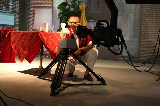 举起的凳子在镜头前看是正常尺寸的