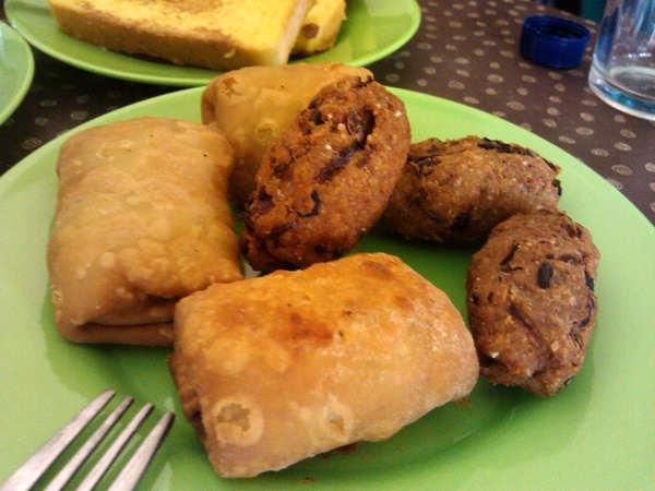 马尔代夫传统小吃是海蒂卡(Hedhikaa),是一种用鸡蛋和面,然后裹牛肉馅、鱼肉馅,沾着面包屑炸出来的面点。主食通常是鱼和椰汁米饭。大部分餐厅提供的食品是美式快餐,或者偏意大利口味的西餐,以及地道的泰餐、印度餐。由于所有食物都是进口,即使虾和螃蟹等海鲜也是,所以价格不便宜。一般游客都是在不同岛上的酒店享受自助餐也是丰盛又美味。   游客须知    游客乘飞机到达马累的时间如果在晚上11点之后,当晚就不能再乘坐航程1小时以上的快艇,即度假村距离机场不能超过20海里。需要乘坐水上飞机到度假村的必须在马