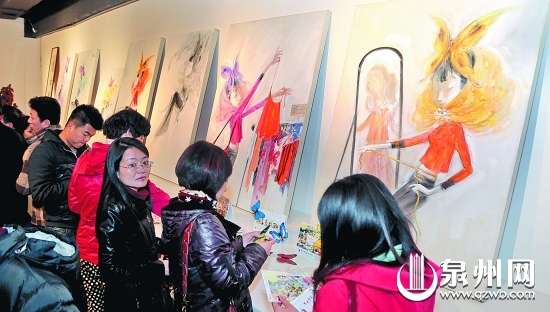 """以""""惠女阿芳""""为主题形象的艺术作品吸引了不少观众。"""