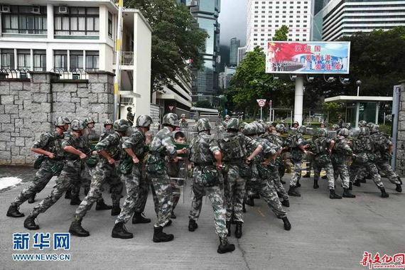 香港人优先成员到驻港部队军营挑衅被市民喝