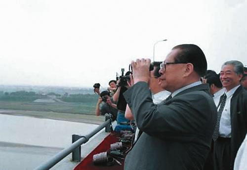 1999年,江泽民视察黄河
