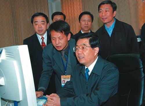 2004年,胡锦涛视察东线工程江都枢纽