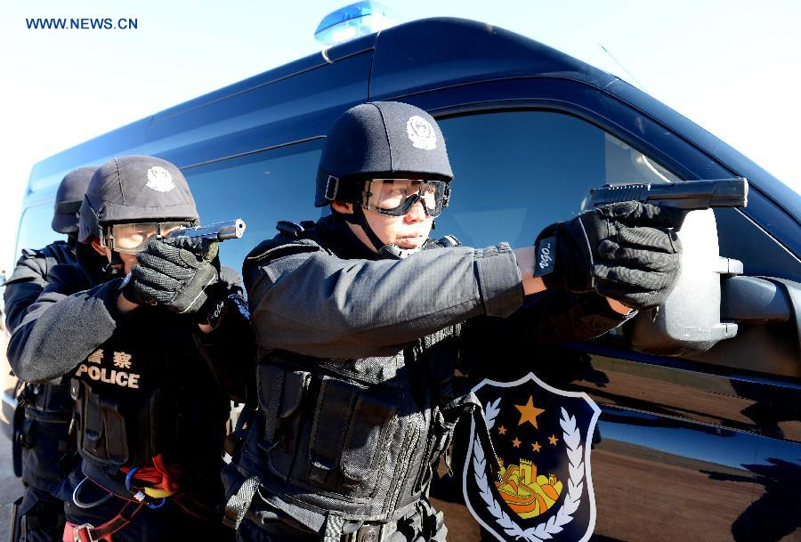 Chinese and Russian policemen attend a joint anti-terror drill in Manzhouli City, north China