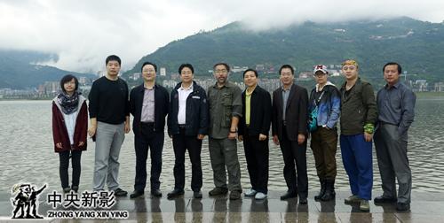 重庆市移民局和开县领导与剧组合影留念