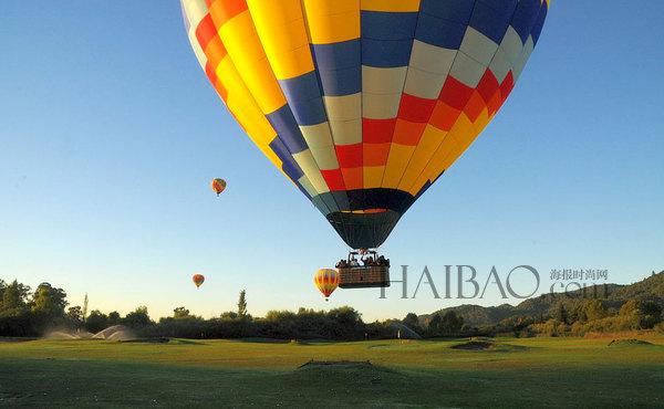 风景如画的葡萄园闻名于世,而乘坐热气球则为游客提供了一个欣赏乡村