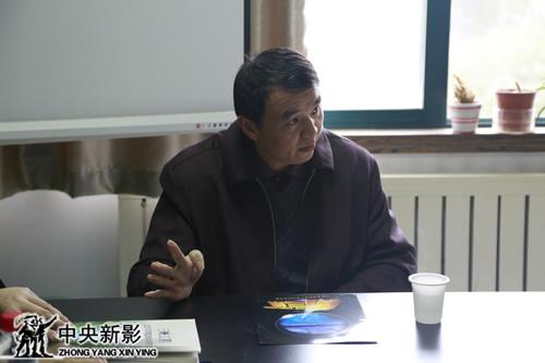 中国科学院水生生物研究所研究员刘焕章向剧组介绍具体情况