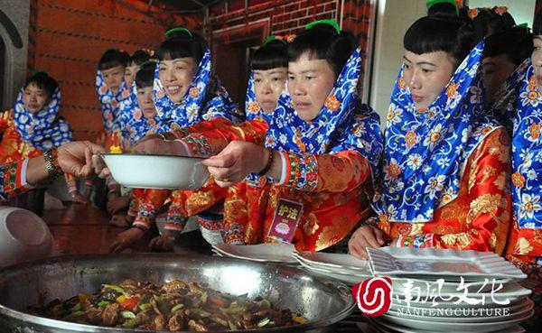 """""""吃桌""""时用筷子规矩很多,给吃相难看的客人设下许多限制。 不""""过山筷""""——只吃靠自己最近的菜;不""""乱筷""""——在盘中挑肥拣瘦;不""""盯筷""""——手举筷子虎视眈眈;不""""半路筷""""——夹了食物又放下;不""""惰筷""""——放下筷子靠在菜盘边;不""""泪筷""""——夹起食物汤汁滴桌上;不""""捡筷""""——筷子掉地不能捡,找主人再要一双;不""""指筷""""——不能用筷子指人。"""