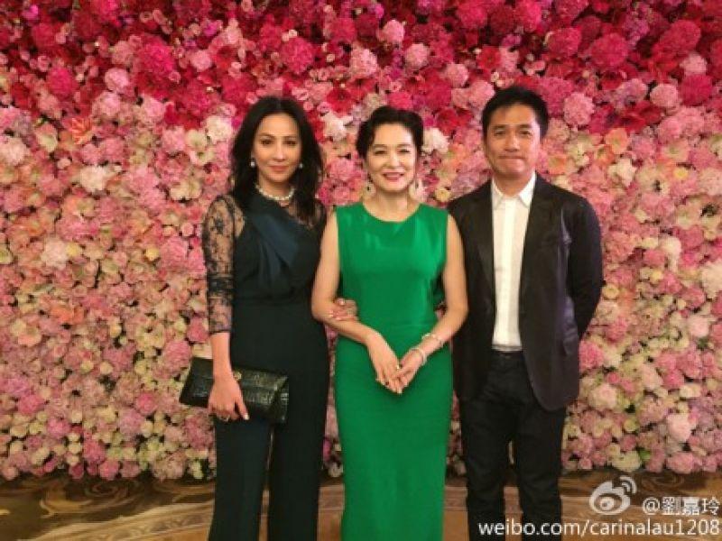林青霞(中)欢庆60大寿,梁朝伟(右)和刘嘉玲夫妇连袂出席。(图片来自:台湾今日新闻网站翻摄自刘嘉玲微博)