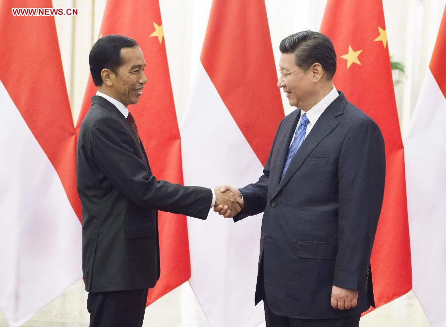 Chinese President Xi Jinping (R) meets with Indonesian President Joko Widodo at the Great Hall of the People in Beijing, capital of China, Nov. 9, 2014. (Xinhua/Xie Huanchi)