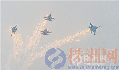 俄罗斯勇士飞行表演队驾驶苏27在空中放射热焰弹