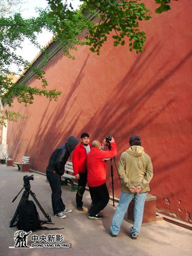 《长安街》拍摄组逐格拍摄红墙