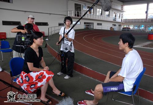 《筑梦2008》摄制组在采访刘翔
