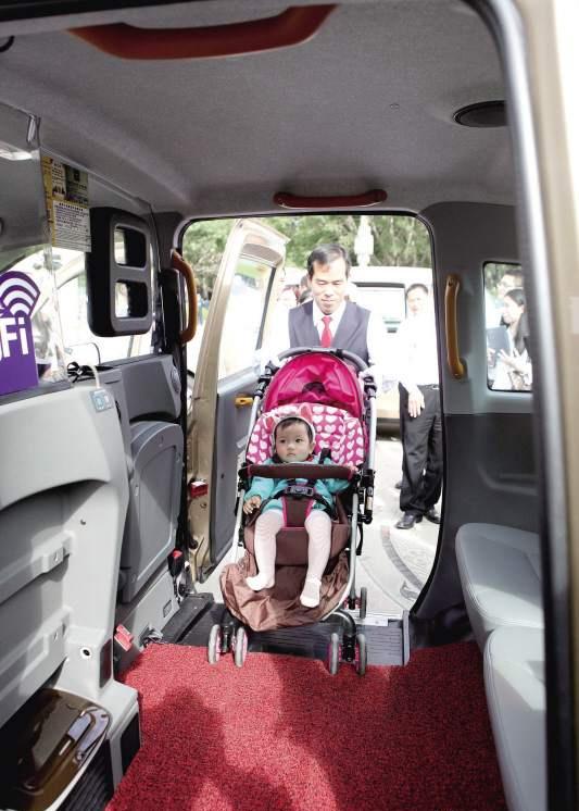 司机演示推婴儿车上电召车。   昨日,记者兵分几路,随几组家庭体验老爷车,感受不一样的服务。   体验1   体验者:卓美治、卓朝趁   路线:白鹭洲—金尚小区   感受:车内空间大,行驶平稳   昨日上午10:58,记者与报名参加体验乘车的卓美治、卓朝趁共同搭乘一辆英伦TX4出租车,由白鹭洲音乐广场出发,前往金尚小区。   卓朝趁近1.