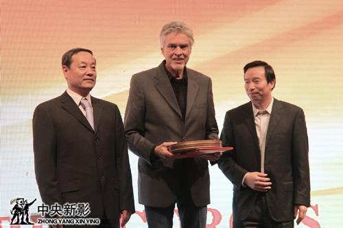 新影集团副总裁安为民(左一)、郭本敏为恰克•康米斯基颁发视效总监聘书