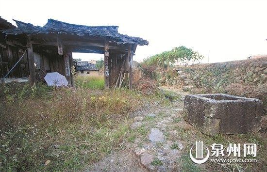 龙登土楼戟门以及门外在德化罕见的方形古井