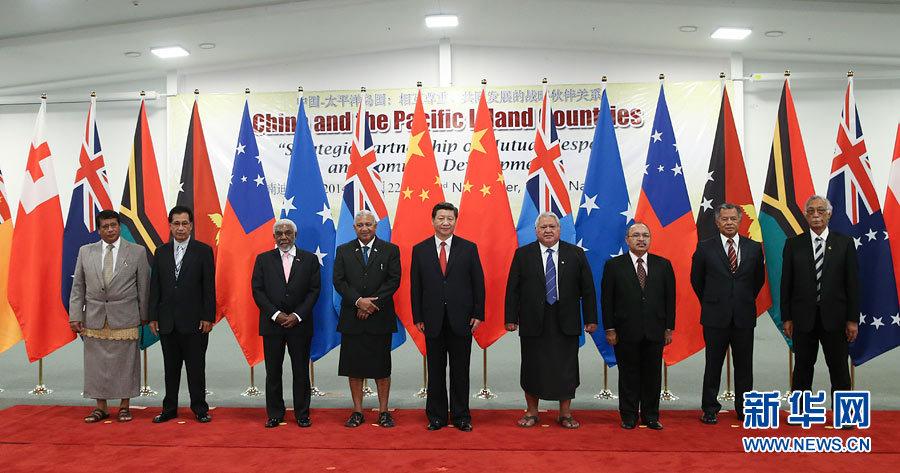 11月22日,国家主席习近平在楠迪同斐济总理姆拜尼马拉马、密克罗尼西亚联邦总统莫里、萨摩亚总理图伊拉埃帕、巴布亚新几内亚总理奥尼尔、瓦努阿图总理纳图曼、库克群岛总理普纳、汤加首相图伊瓦卡诺、纽埃总理塔拉吉等太平洋岛国领导人举行集体会晤。新华社记者 姚大伟摄