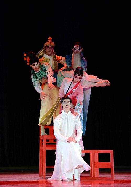 该剧作曲刘彤,舞美设计王纪厚,服装设计阿宽均为全国一流艺术家.
