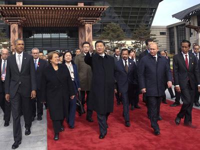 资料图片:11月11日,中国国家主席习近平与参加2014年亚太经合组图片