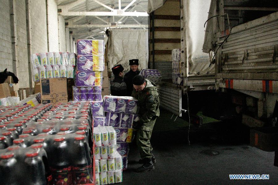 Колонна МЧС России доставила гуманитарную помощь в Донбасс