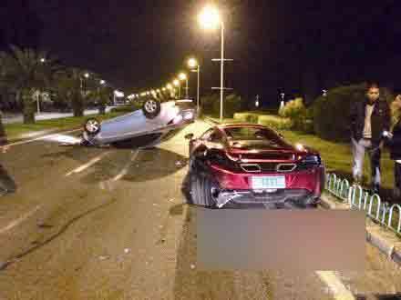 索赔难题.   12月22日,一辆保时捷轿跑车撞上护栏,凹陷变形;高清图片