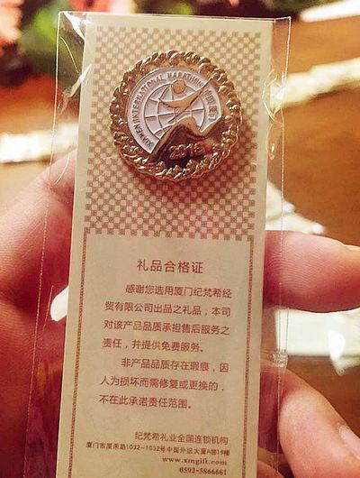 """在跑道上印logo-白色的""""厦马""""标志,显得简洁精美.-真 任性 厦门马拉松赛奖杯奖"""