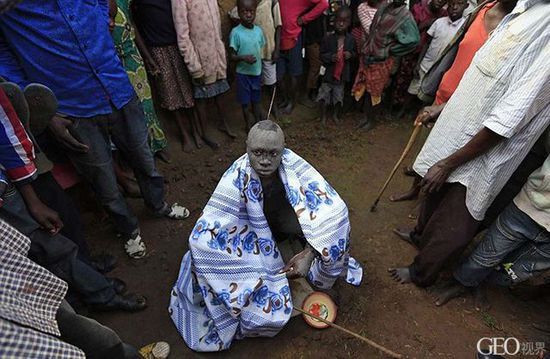 肯尼亚男孩的割礼仪式