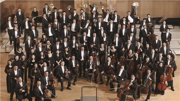"""中国国家交响乐团与北京交响乐团将为观众的耳朵带来丰厚的""""福利""""   如此盛大的音乐聚会自然不会少了民乐加盟,届时,民乐演奏家们将用手中的乐器编织出火红的""""中国结""""。其中,中国广播民族乐团将在1月25日带来《梦系红楼》的主题音乐会,以《枉凝眉》、《葬花吟》、《晴雯歌》等再现红楼一梦中的悲欢离合。中央民族乐团则将在1月31日带观众在《山丹丹花开红艳艳》、《老北京》等充满地域特色的旋律中尽情畅游。值得一提的是,此番乐团还将携手来自广东、陕西的地方民族音乐演出"""